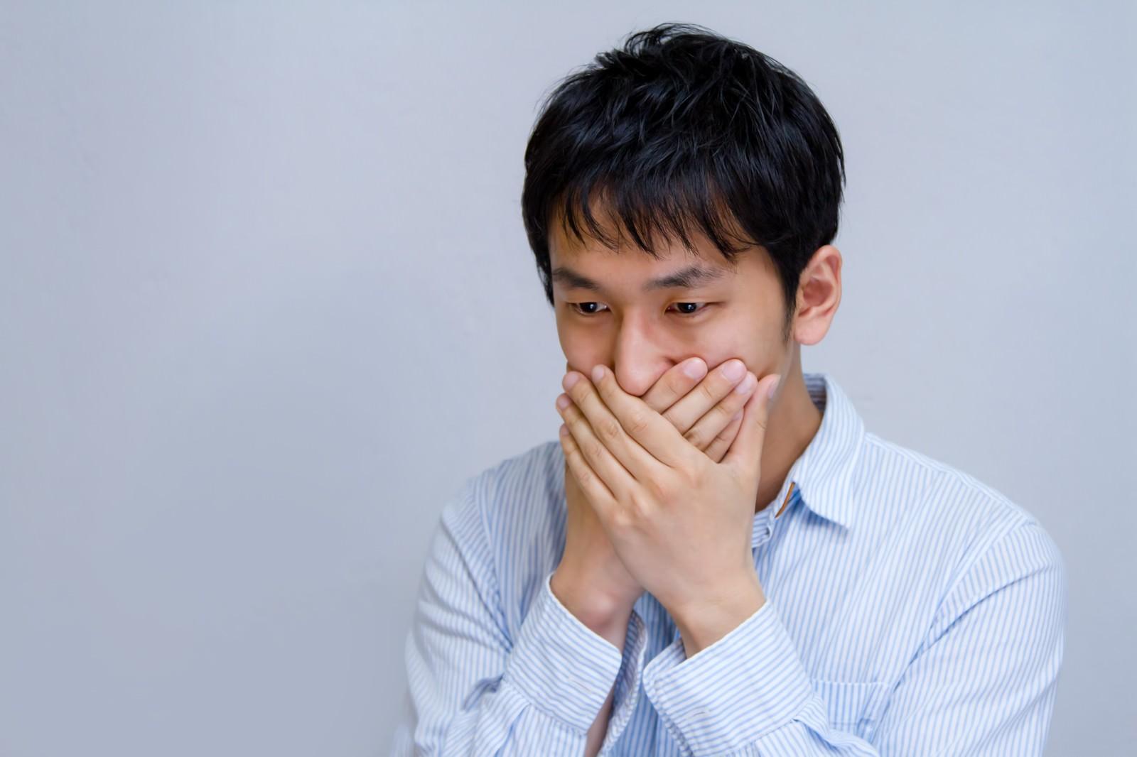 「うわっ!私の年収低すぎて驚く男性」の写真[モデル:大川竜弥]