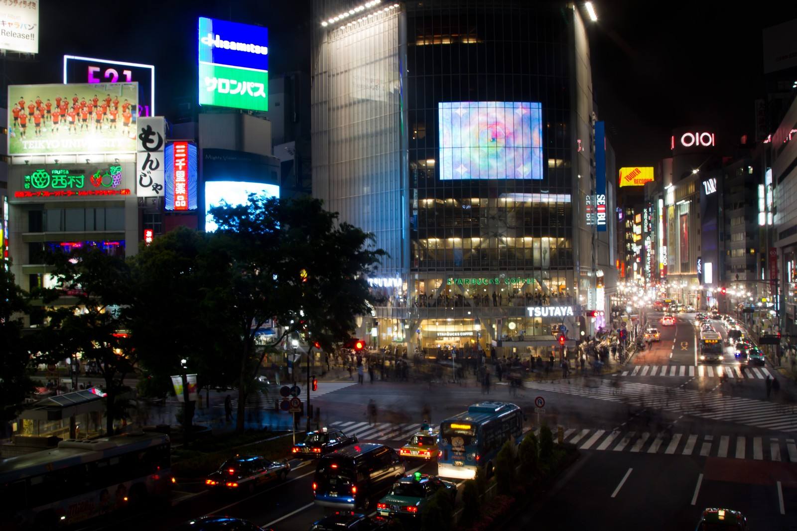 「夜の渋谷交差点」の写真