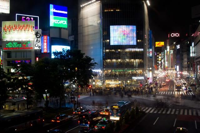 夜の渋谷交差点の写真