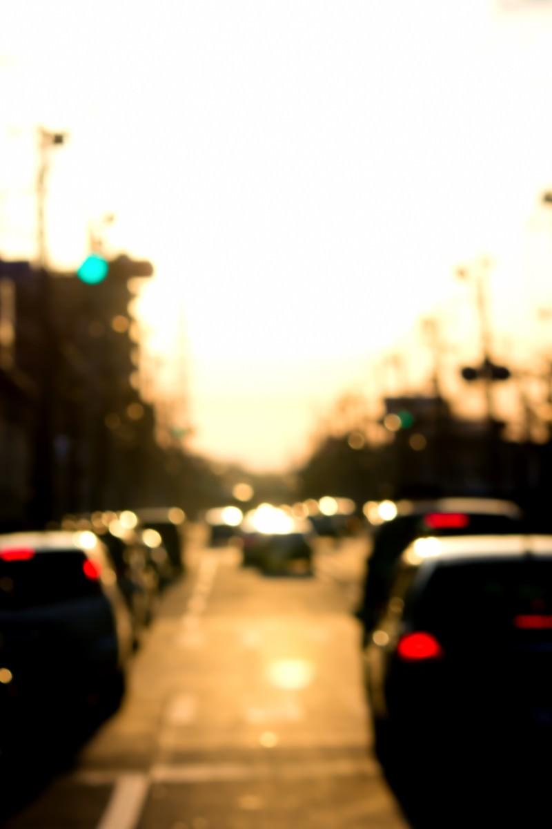 「夕焼けと混雑する道路」の写真