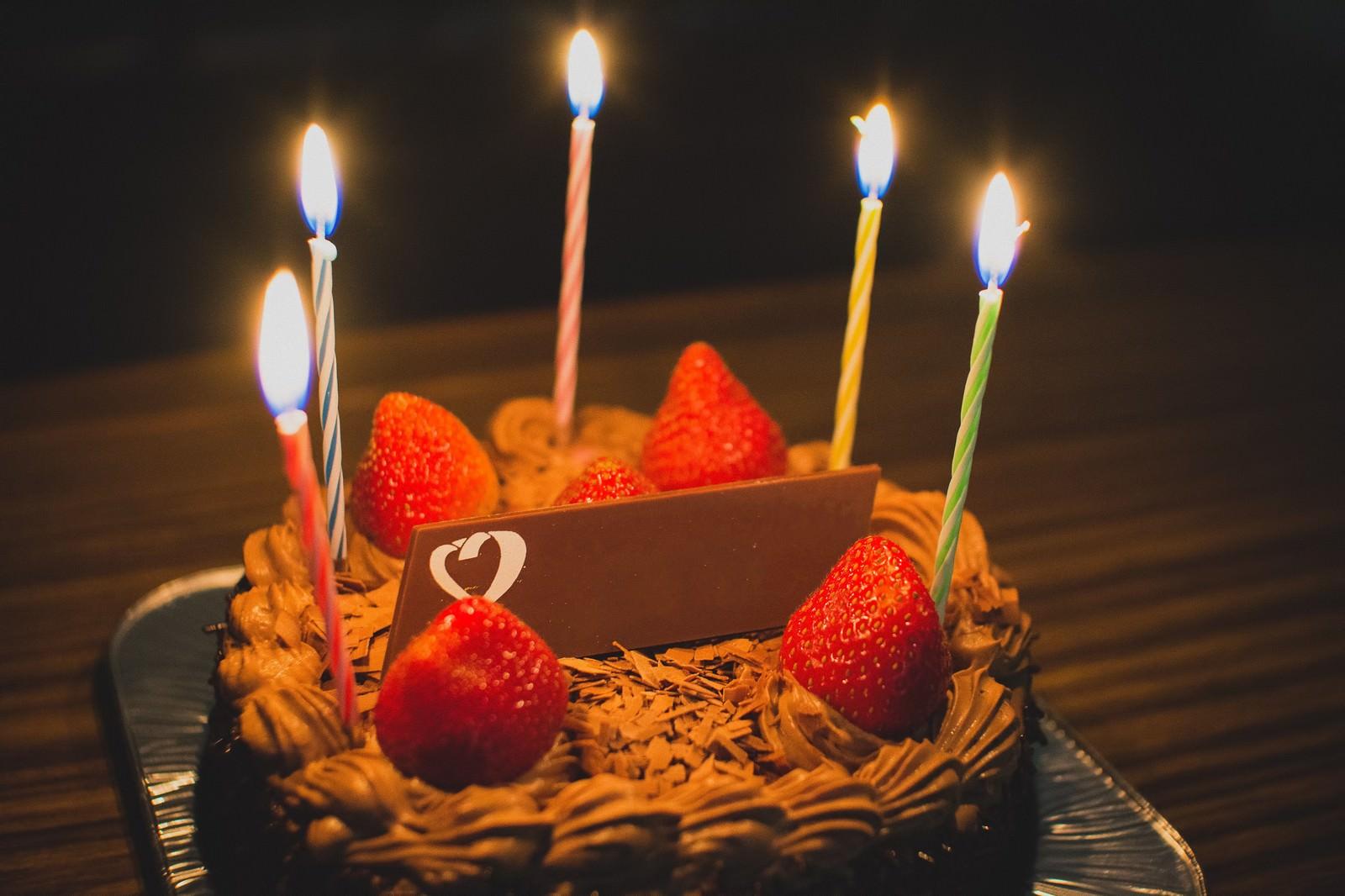 お祝いのチョコレートケーキ