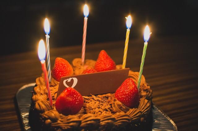 「お祝いのチョコレートケーキ」のフリー写真素材