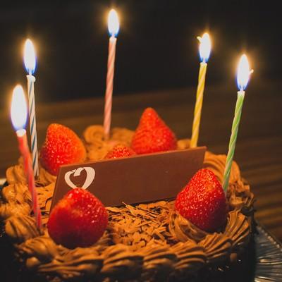 「お祝いのチョコレートケーキ」の写真素材