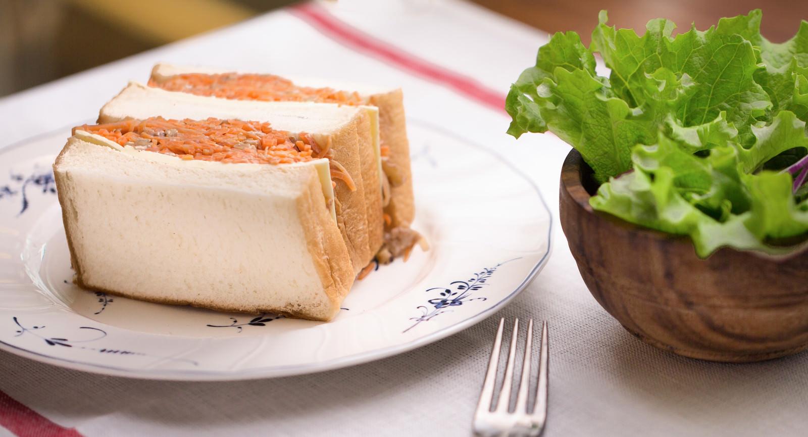 「朝食にぴったり! 食パンにサンドしたにんじんマリネ」の写真