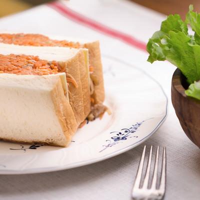 「朝食にぴったり! 食パンにサンドしたにんじんマリネ」の写真素材