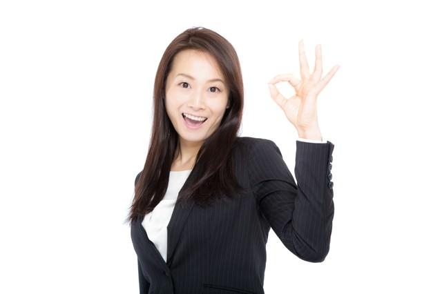 笑顔で「OK」を出す女性上司の写真