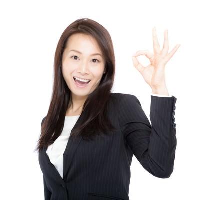 「笑顔で「OK」を出す女性上司」の写真素材