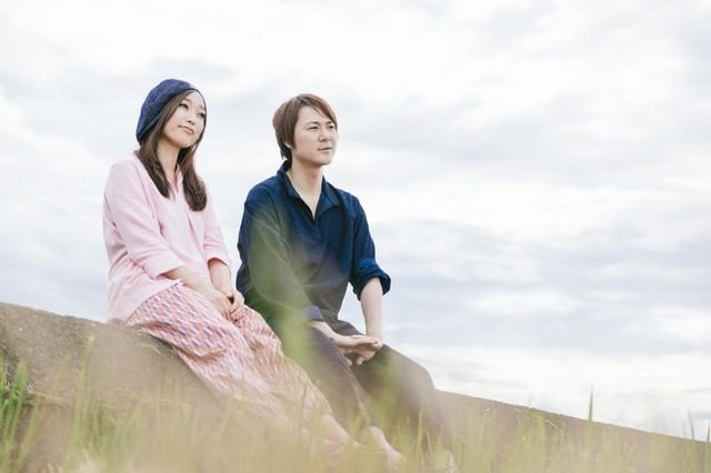 農作業を終えて道端で休憩するもんぺ姿の若い夫婦(大刀洗町)の写真