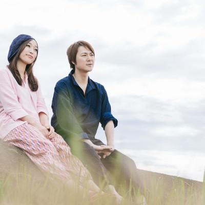 「農作業を終えて道端で休憩するもんぺ姿の若い夫婦(大刀洗町)」の写真素材
