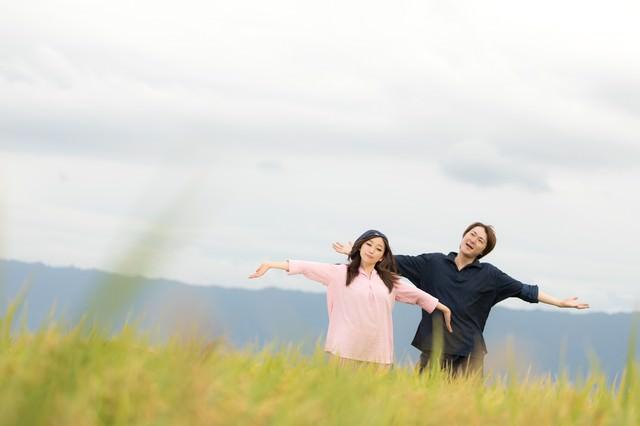 広大な田園と黄金色の稲に囲まれて幸せな若い移住組(福岡県大刀洗町)の写真