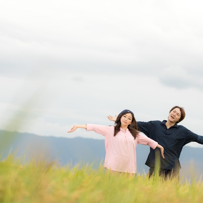 「広大な田園と黄金色の稲に囲まれて幸せな若い移住組(福岡県大刀洗町)」の写真素材