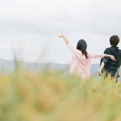 「自然を満喫するもんぺ姿の夫婦」の写真素材