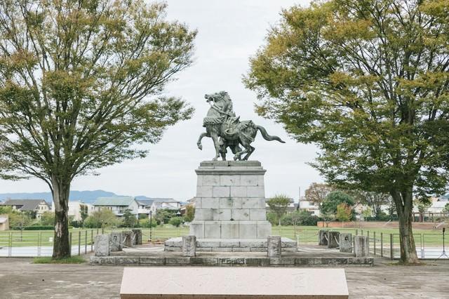 大刀洗公園と菊池武光像(馬と後ろ姿)の写真