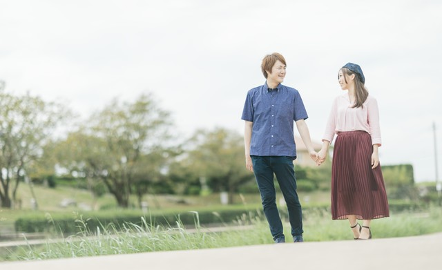公園デートする仲睦まじい夫婦の写真