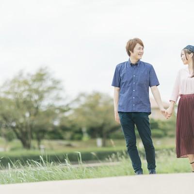 「公園デートする仲睦まじい夫婦」の写真素材