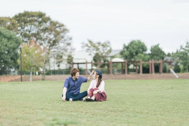 大刀洗公園の芝の上で休日デートする夫婦の写真