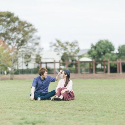 「大刀洗公園の芝の上で休日デートする夫婦」の写真素材