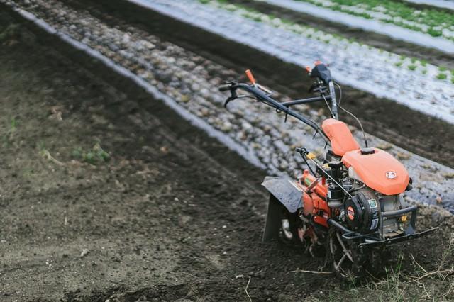 畑と耕運機の写真