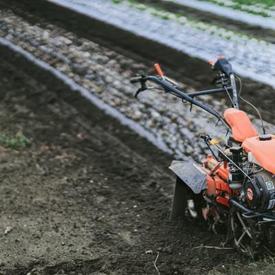 「畑と耕運機」の写真素材