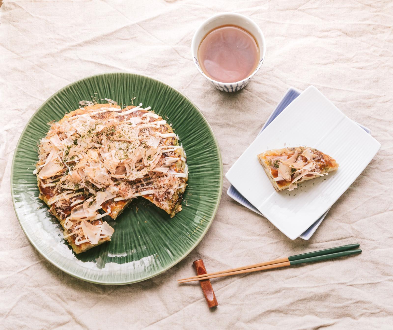 「食卓を飾るお好み焼き」の写真