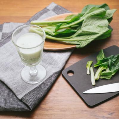 「小松菜で作ったヘルシーなスムージー」の写真素材