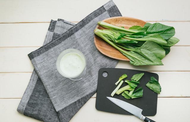 小松菜のカットとスムージーの写真