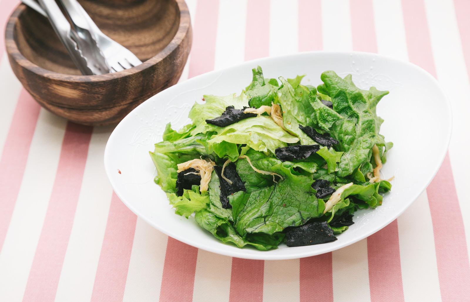 「グリーンレタスをふんだんに使ったサラダ」の写真