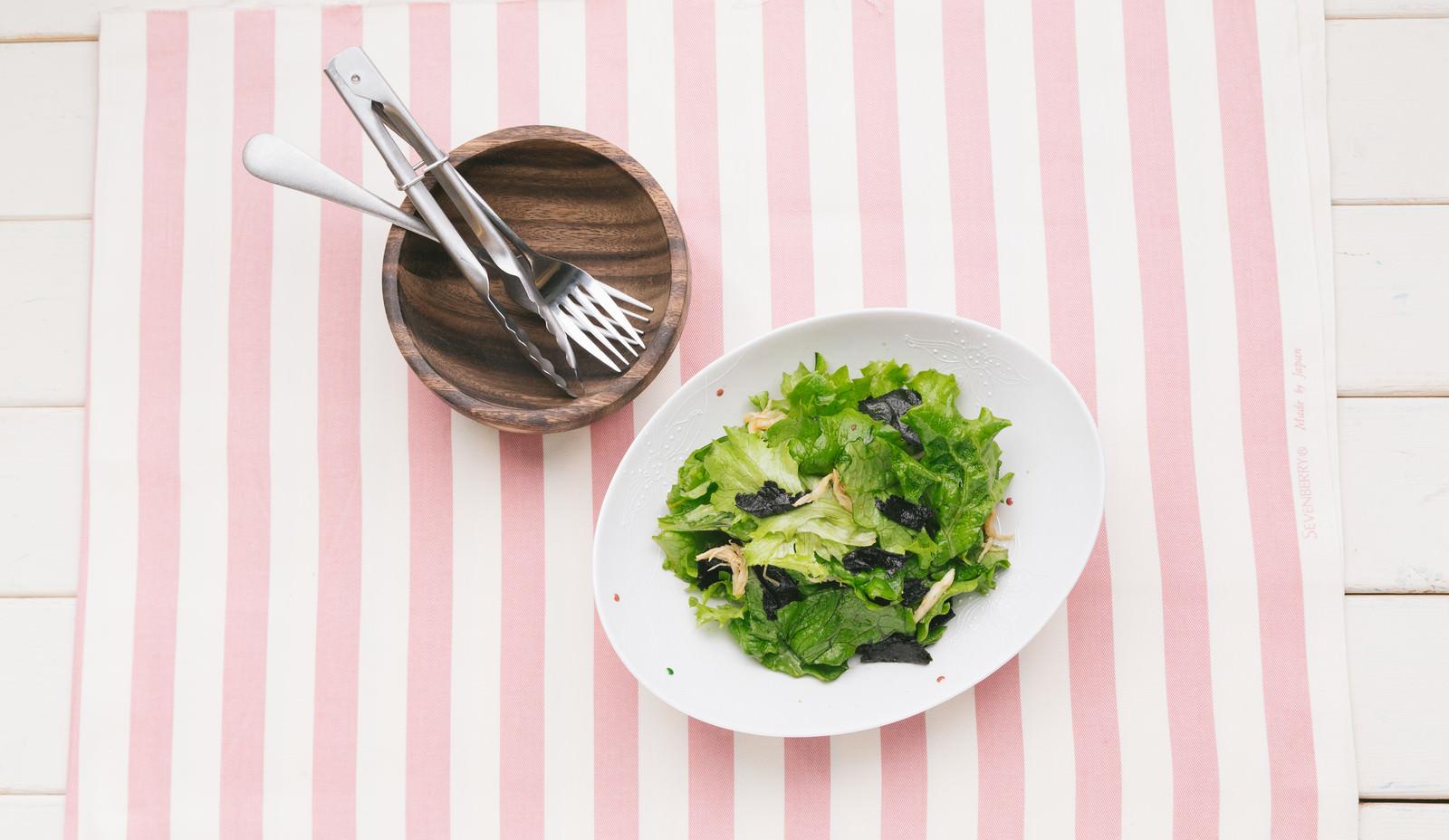 「サラダを取り分けるサラダを取り分ける」のフリー写真素材を拡大