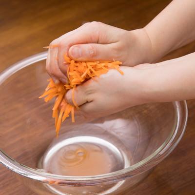 「にんじんは千切りして塩もみする」の写真素材