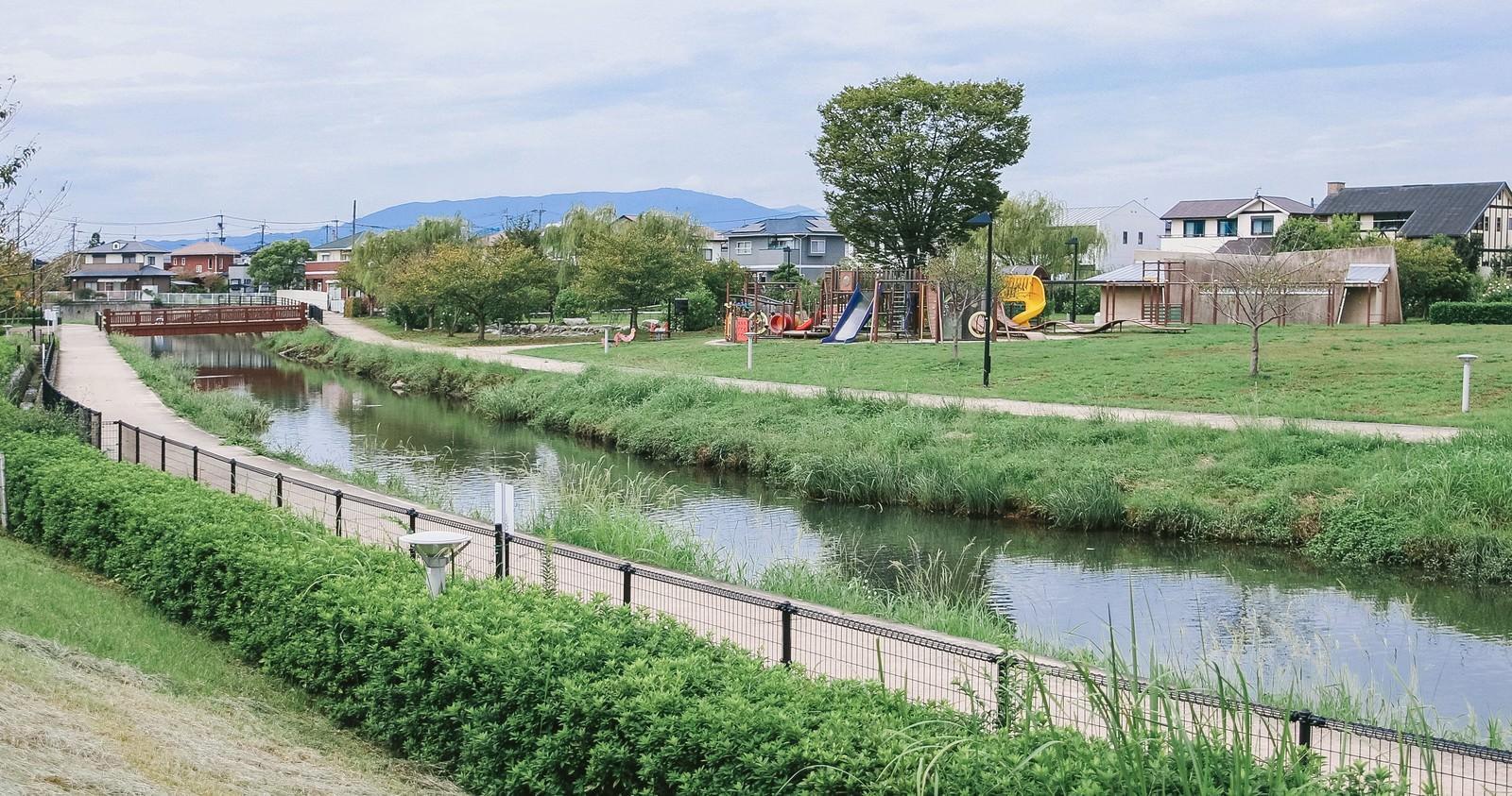 「中央に小川がある大刀洗公園の様子」の写真