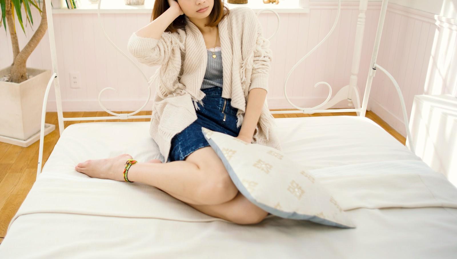 「シャレオツなベッドの上でリラックスする女性シャレオツなベッドの上でリラックスする女性」のフリー写真素材を拡大