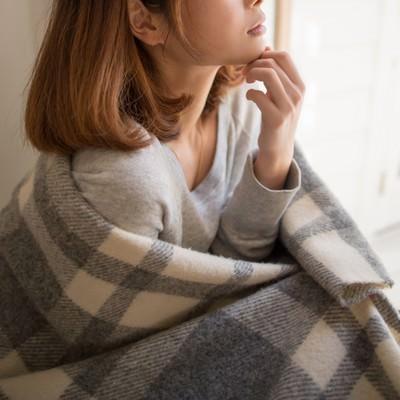 「ブランケットを羽織った女性」の写真素材