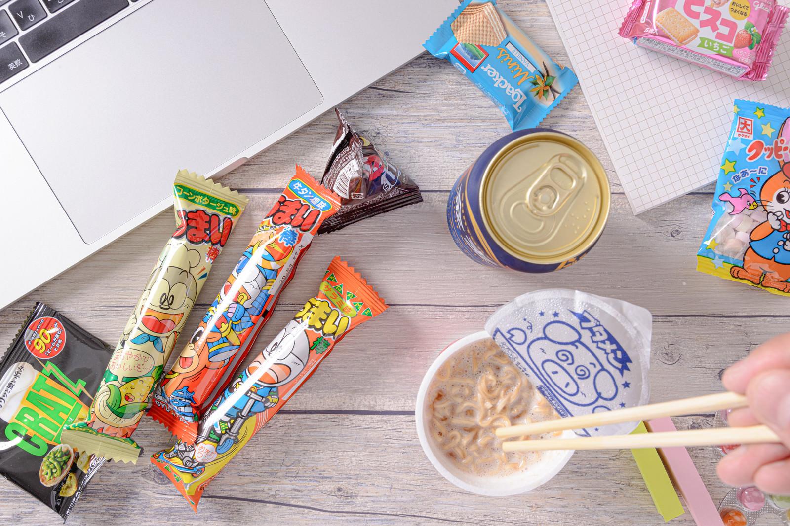 「ブタメンとお菓子でお腹を満たす」の写真