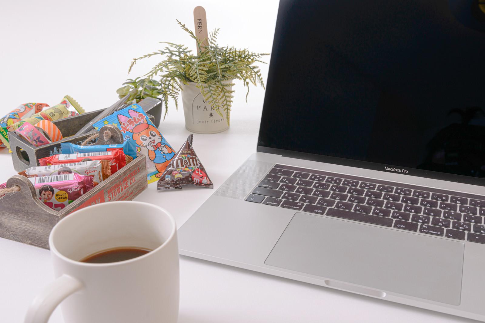 「お菓子を食べながら作業中」の写真
