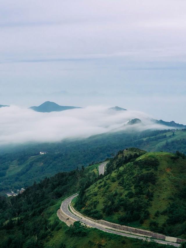 万座の流れるような雲海の写真
