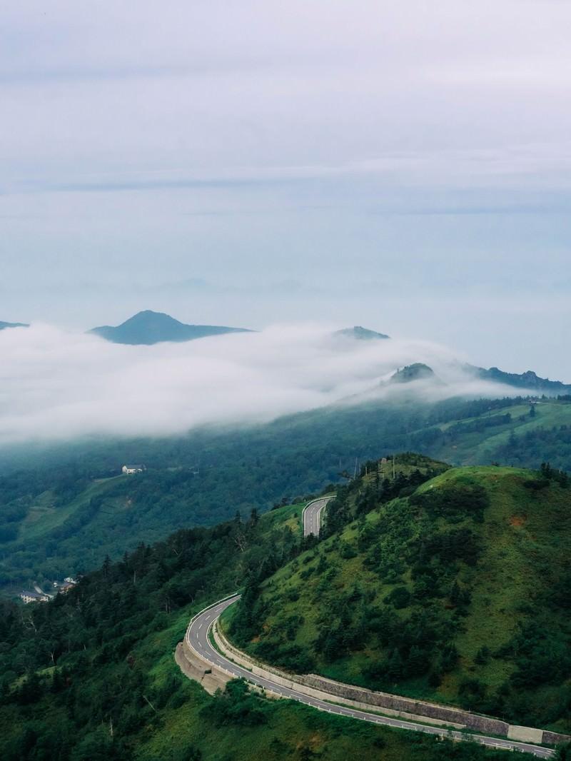 「万座の流れるような雲海」の写真