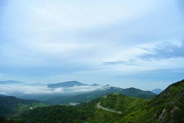 草津白根山から望む万座温泉の写真