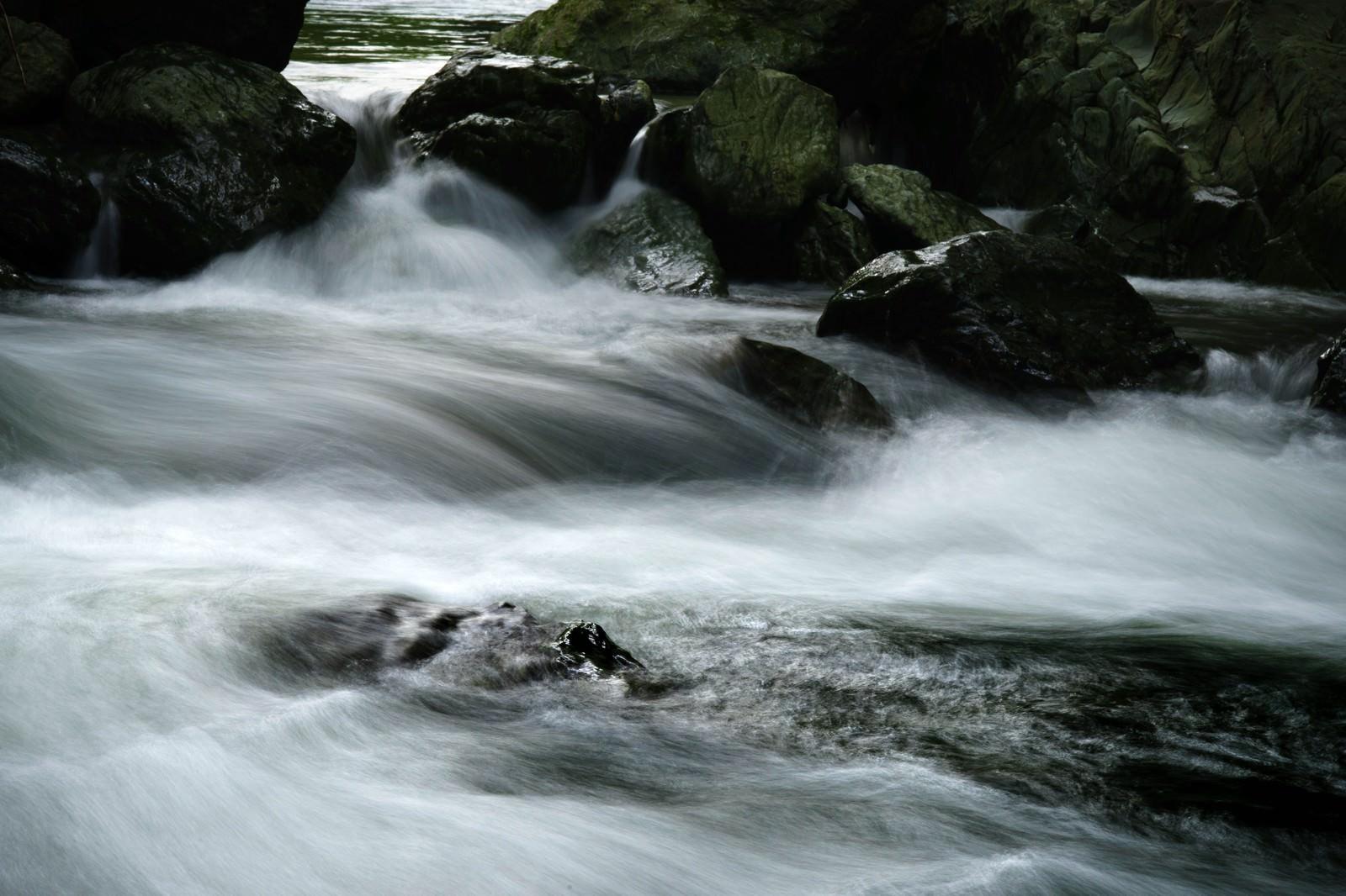 「御荷鉾緑色岩類(みかぶりょくしょくがんるい)と三波渓谷」の写真