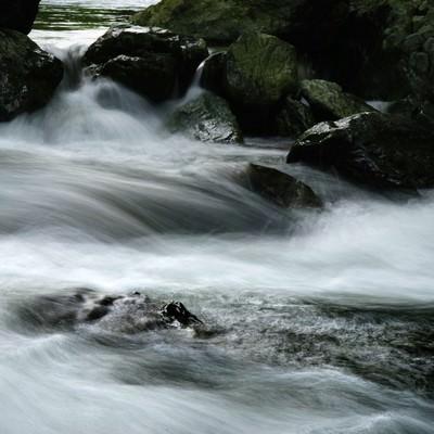 御荷鉾緑色岩類(みかぶりょくしょくがんるい)と三波渓谷の写真