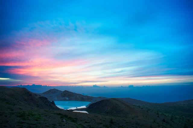 草津白根山と湯釜の夜明けの写真