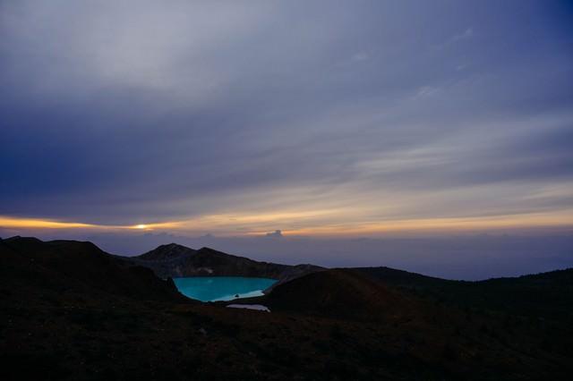 エメラルドグリーン色の湯釜の写真