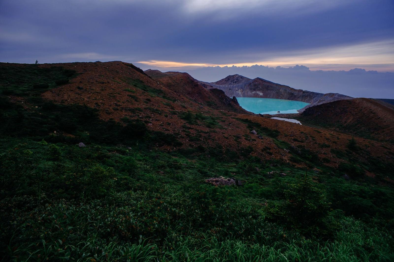 「夜明けの湯釜」の写真