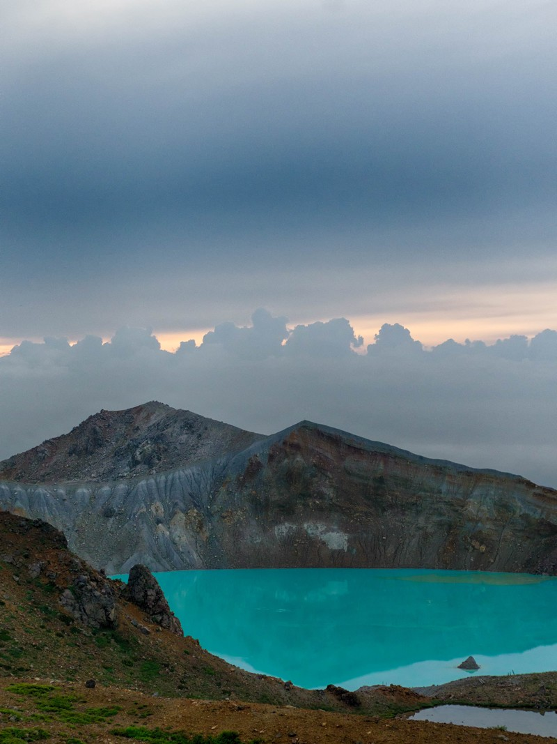 「湯釜の美しいエメラルド色」の写真