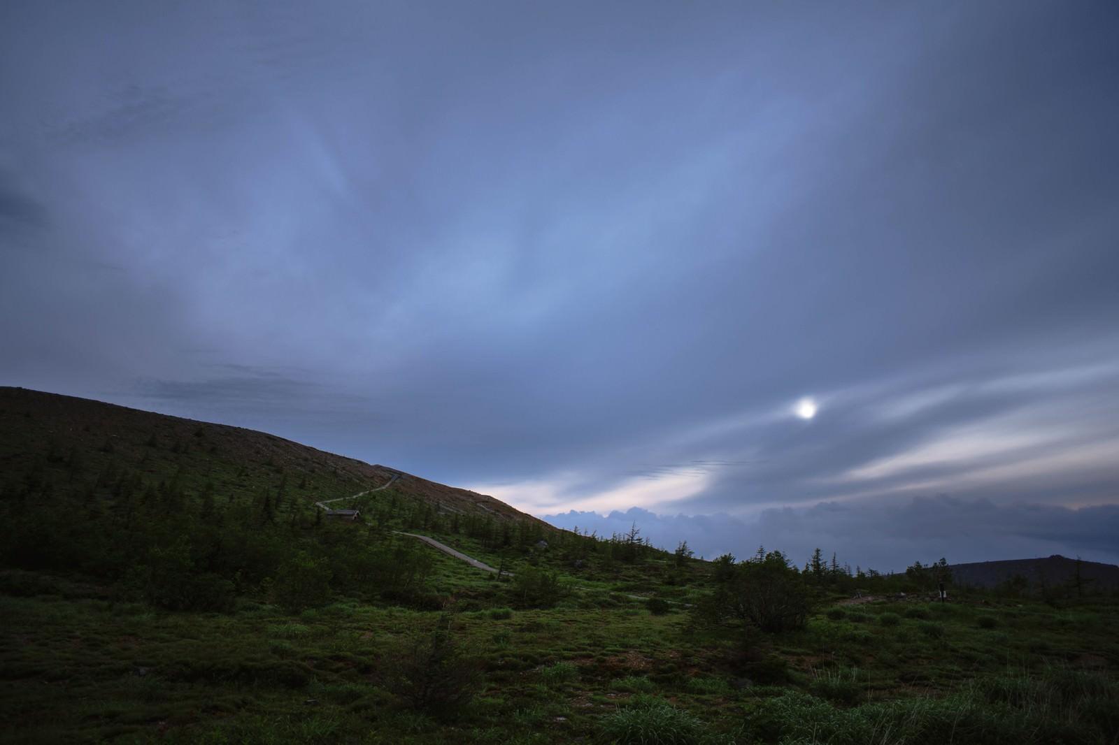 「夜明けの草津白根山」の写真