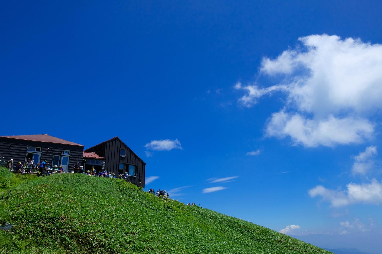 「山小屋で休憩する登山者達」