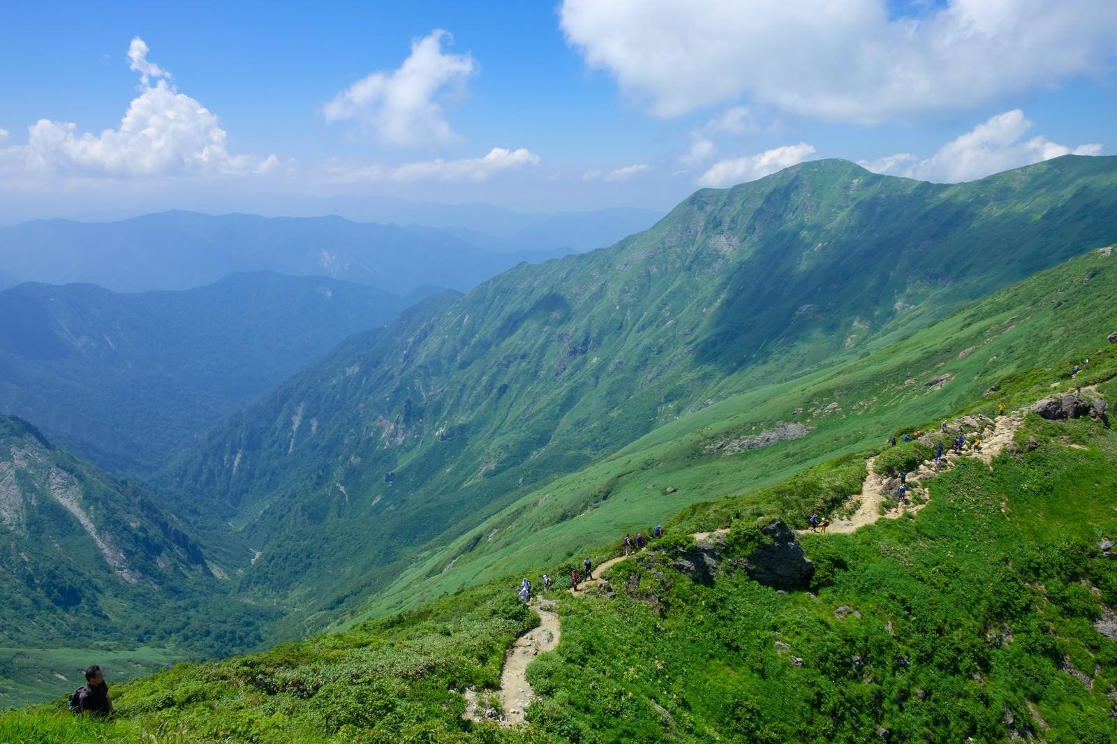 「山登りを楽しむ登山者達」の写真