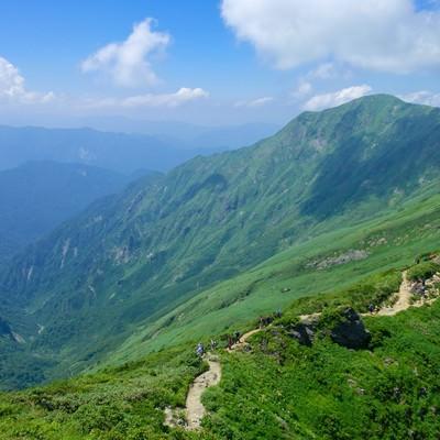 山登りを楽しむ登山者達の写真