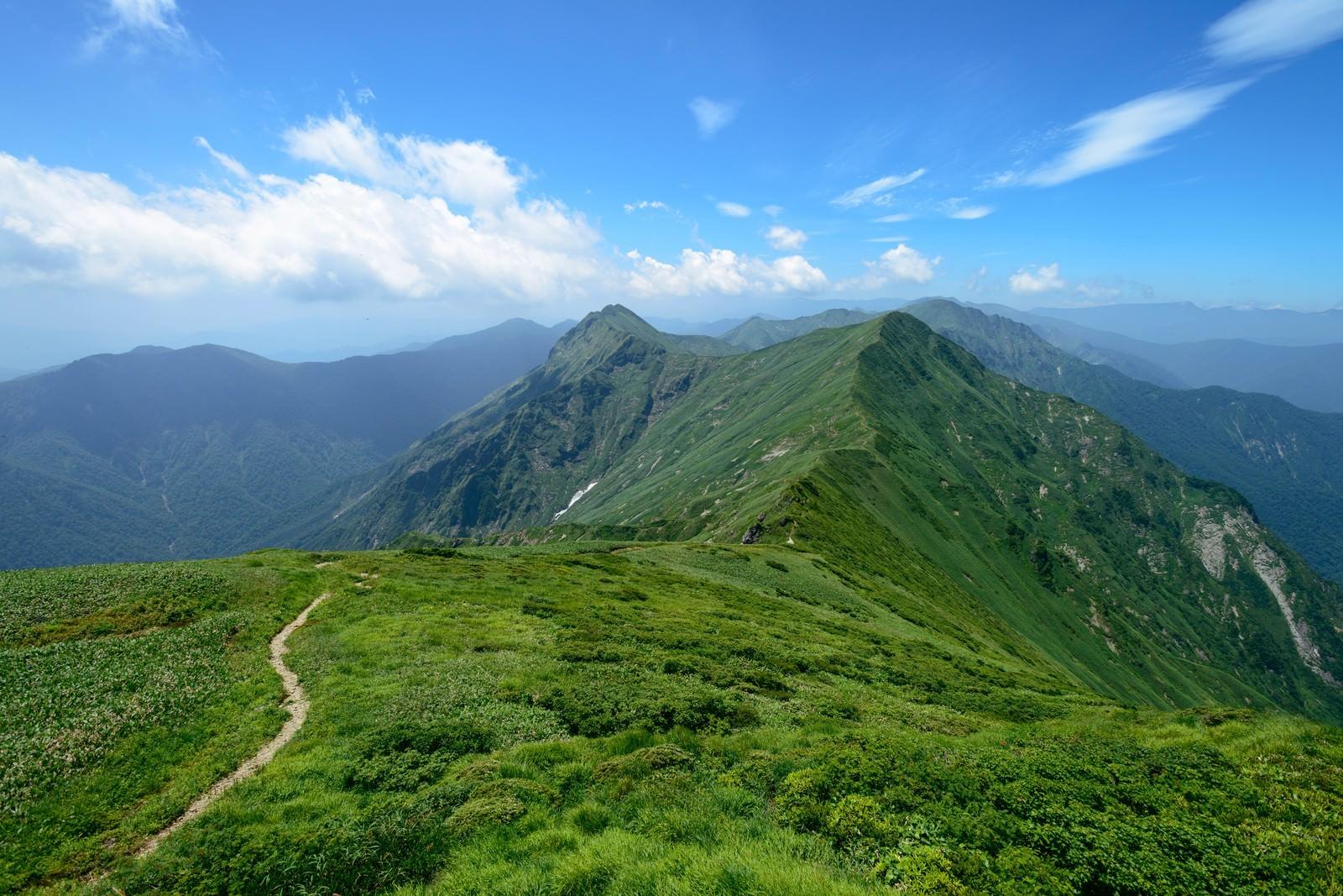 「谷川岳にある川棚の頭と万太郎山の景色」の写真