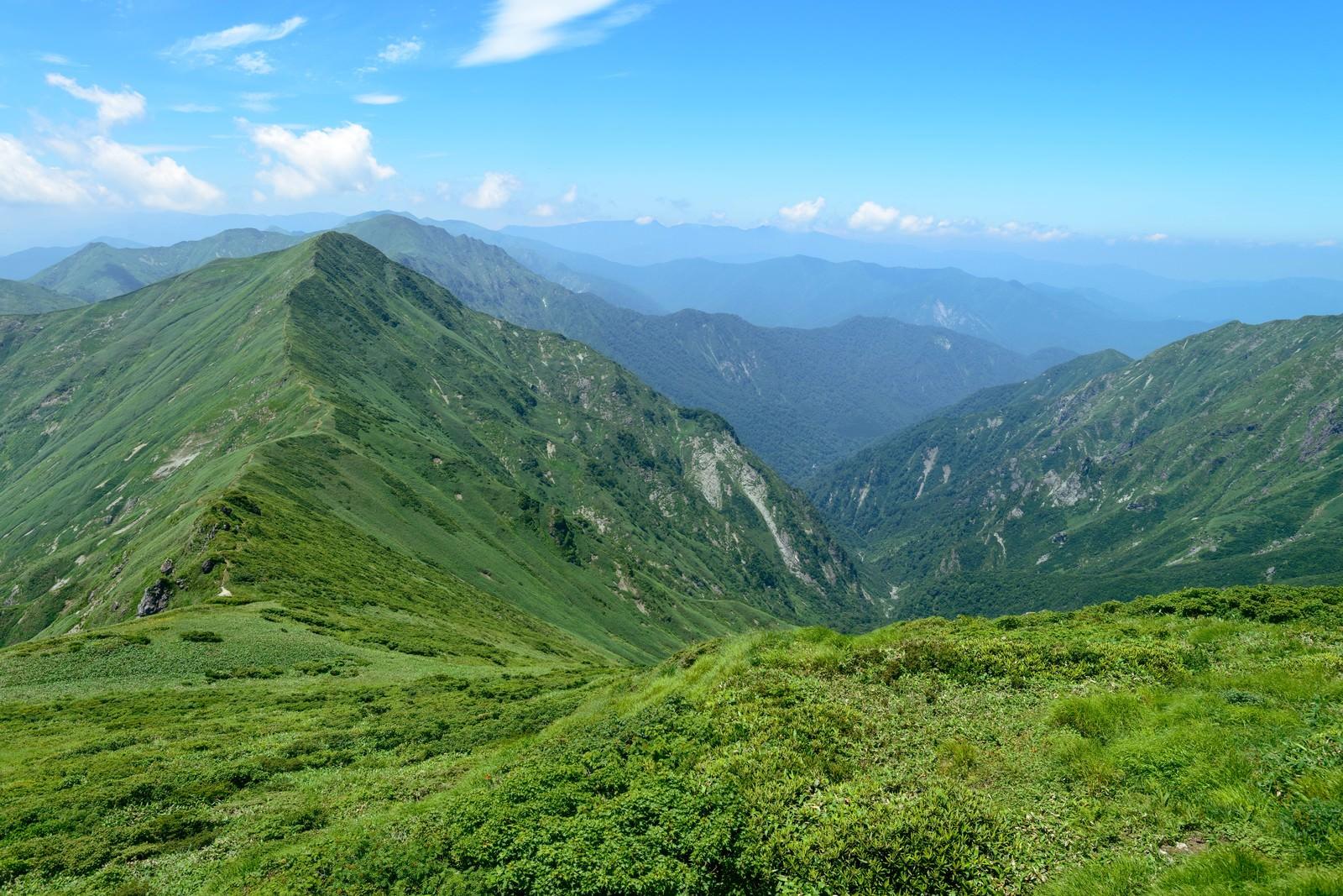 「日本海へ続く渓谷と稜線」の写真