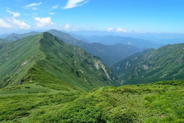 日本海へ続く渓谷と稜線の写真